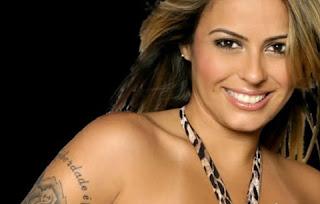 """A cantora fez uma tatuagem abaixo dos seios e compartilhou a imagem nas redes sociais. Imediatamente após a publicação da foto, os seguidores da famosa encheram a página dela de elogios.  Um deles chegou a dizer: """"Ousada!"""""""