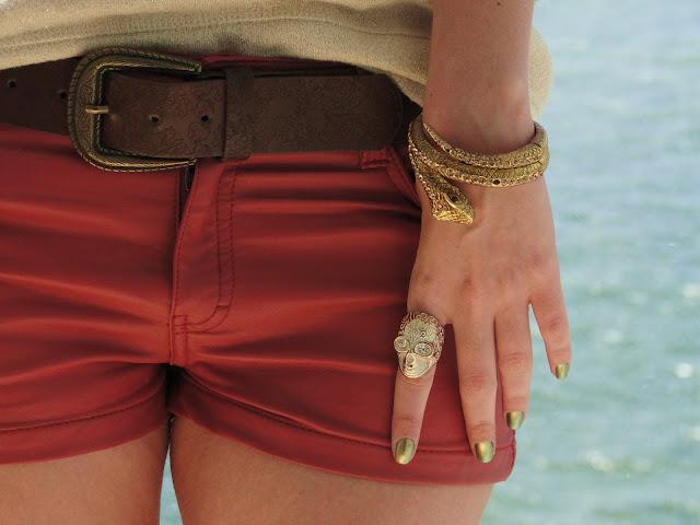 Look do dia - shorts de couro vermelho e moletom dourado