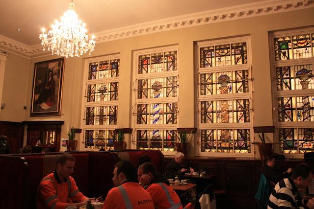 Schöne Buntglasfenster in Bewley's Oriental Café © Copyright Monika Fuchs, TravelWorldOnline