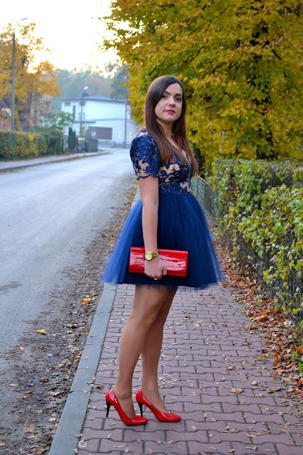 Granatowa sukienka, Koronkowa sukienka, Sukienka z tiulem, czerwone szpilki, czerwone dodatki do sukienki, zegarek Michael Kors, sukienka na wesele