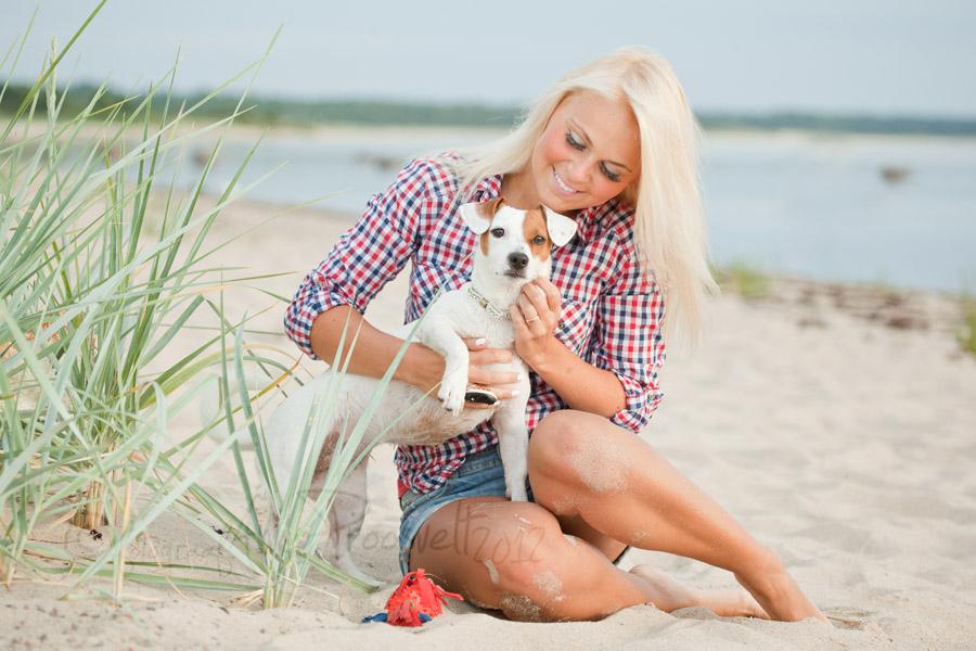 naine-mangib-koeraga-laulasmaa-rannas