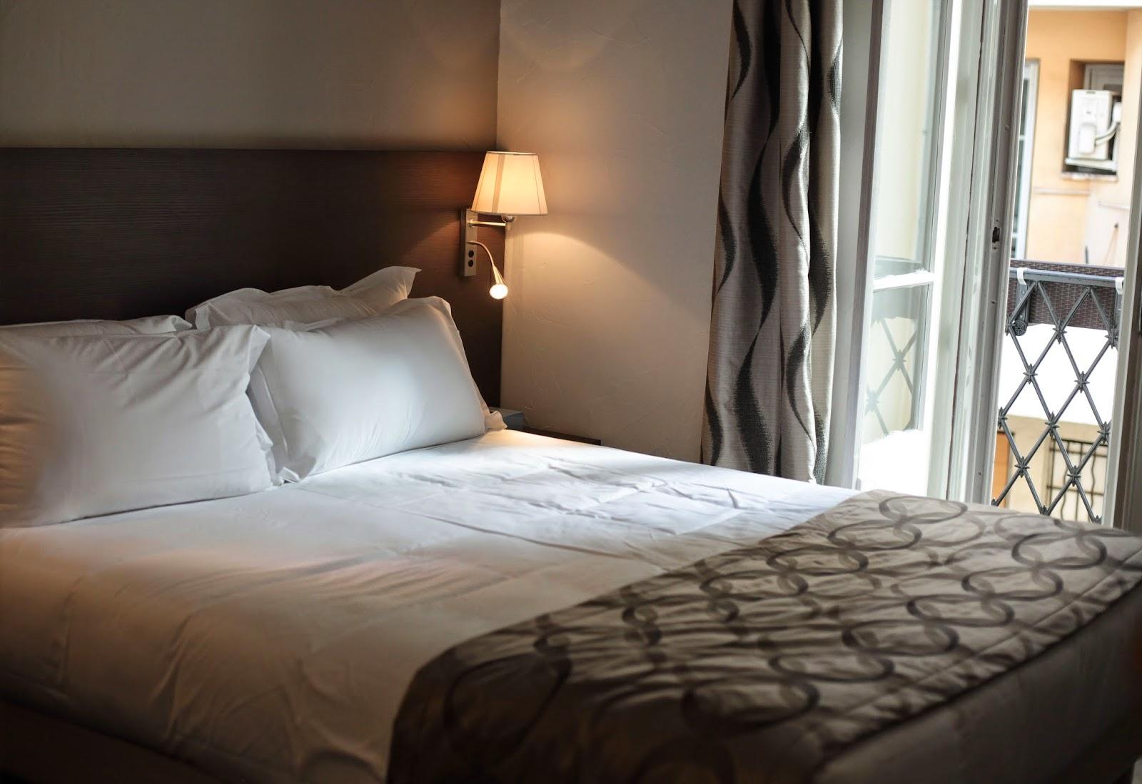 Hotel Caroline bed