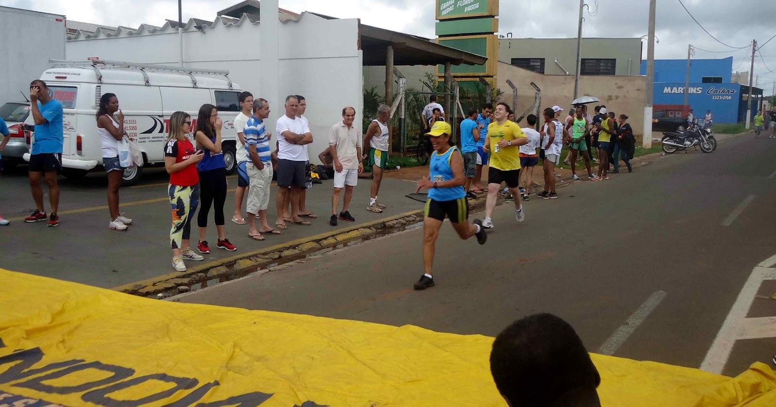 Foto 178 da 1ª Corrida Av. dos Coqueiros em Barretos-SP 14/04/2013 – Atletas cruzando a linha de chegada