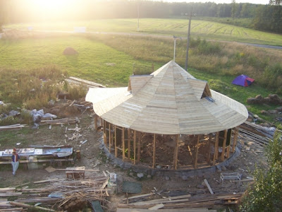 Технология строительства каркасного круглого соломенного дома.