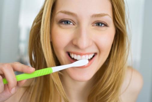 8 Cara Menggosok Gigi yang Tidak Biasa