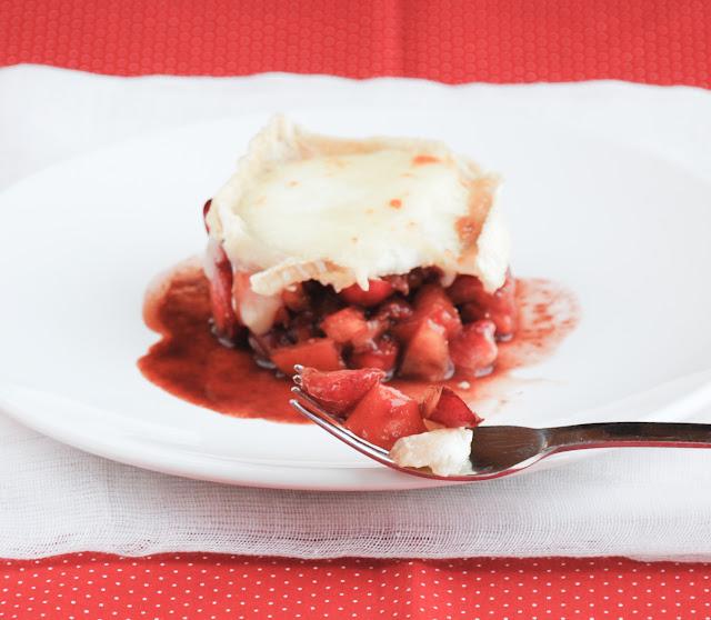 Ensalada de cerezas, fresas y queso gratinado