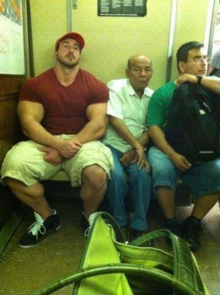 Homens fortes e grandes esmagando velhinho no banco