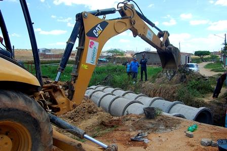 Loteamento Santo Antônio em Limoeiro recebe ações de manutenção e limpeza de canais