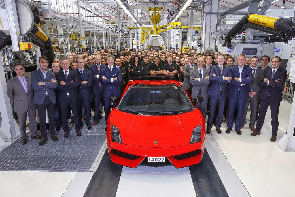 Der letzte gebaute Lamborghini Gallardo fährt aus dem Werk Sant'Agata Bolognese: Ein Gallardo LP 570-4 Spyder Performante in Rosso Mars.