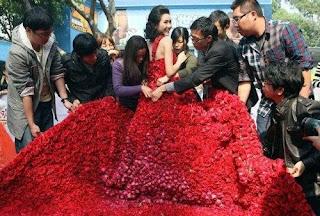 فستان مصنوع من الورد
