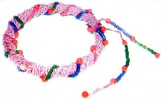Как украсить плетеный в макраме браслет бисерной снизкой?