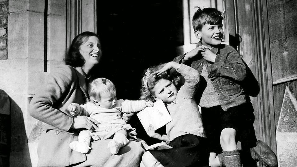 a look at womens role in the family What is the role of the family research states that whether you know it or not, most youth look to their parents and other family members for their examples.
