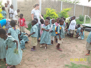 Vania Pirrone nella missione del villaggio di Atchanvé, in Togo, Africa, in mezzo ai bambini della scuola materna