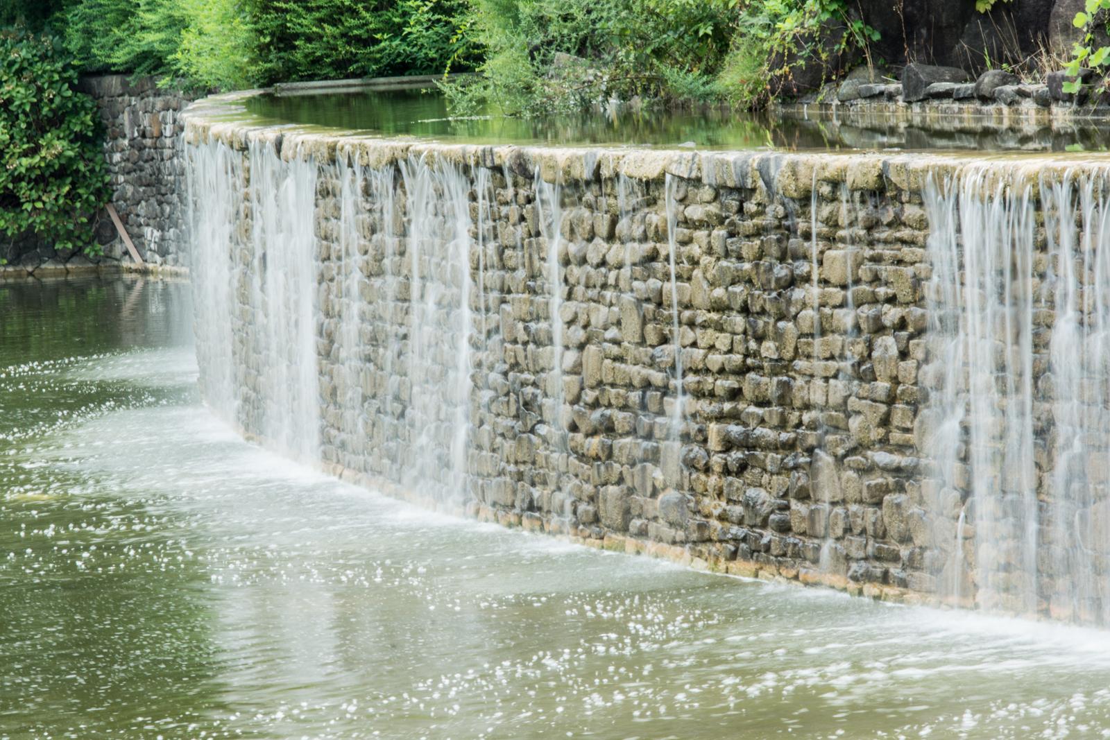 武蔵国分寺公園、人工の滝の写真