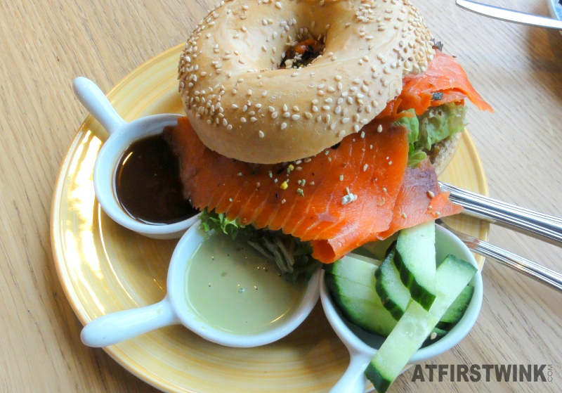 Lunch at Bagels and Beans in Rotterdam: sesam bagel wilde zalm Japanse wijze teriyakisaus, wasabimayonaise, wasabisnippers, komkommer, en sla