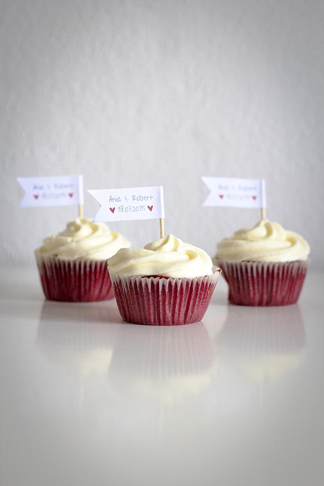 Red Velvet Cupcakes mit Toppern zur Hochzeit