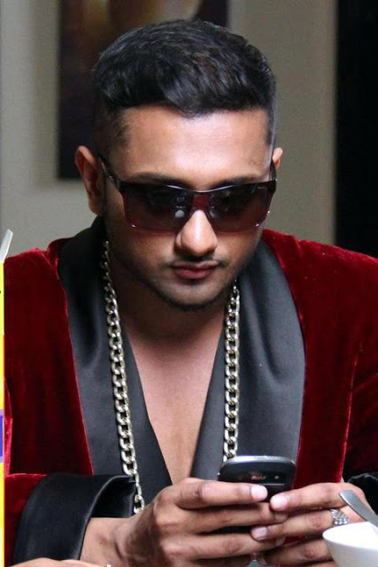 Aao raja full video gabbar is back chitrangada singh yo yo honey singh u0026 neha kakkar - 1 6