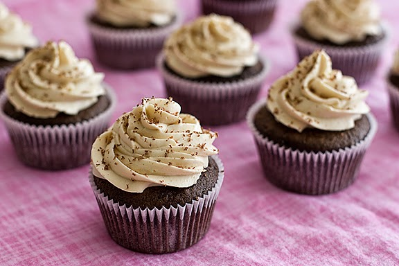 Resep kue, cara membuat Kue Cupcake Coklat Kurma Enak Berkhasiat Tinggi, bahan cupcake, tidak kalah enak dengan cupcake kukus enak, empuk.