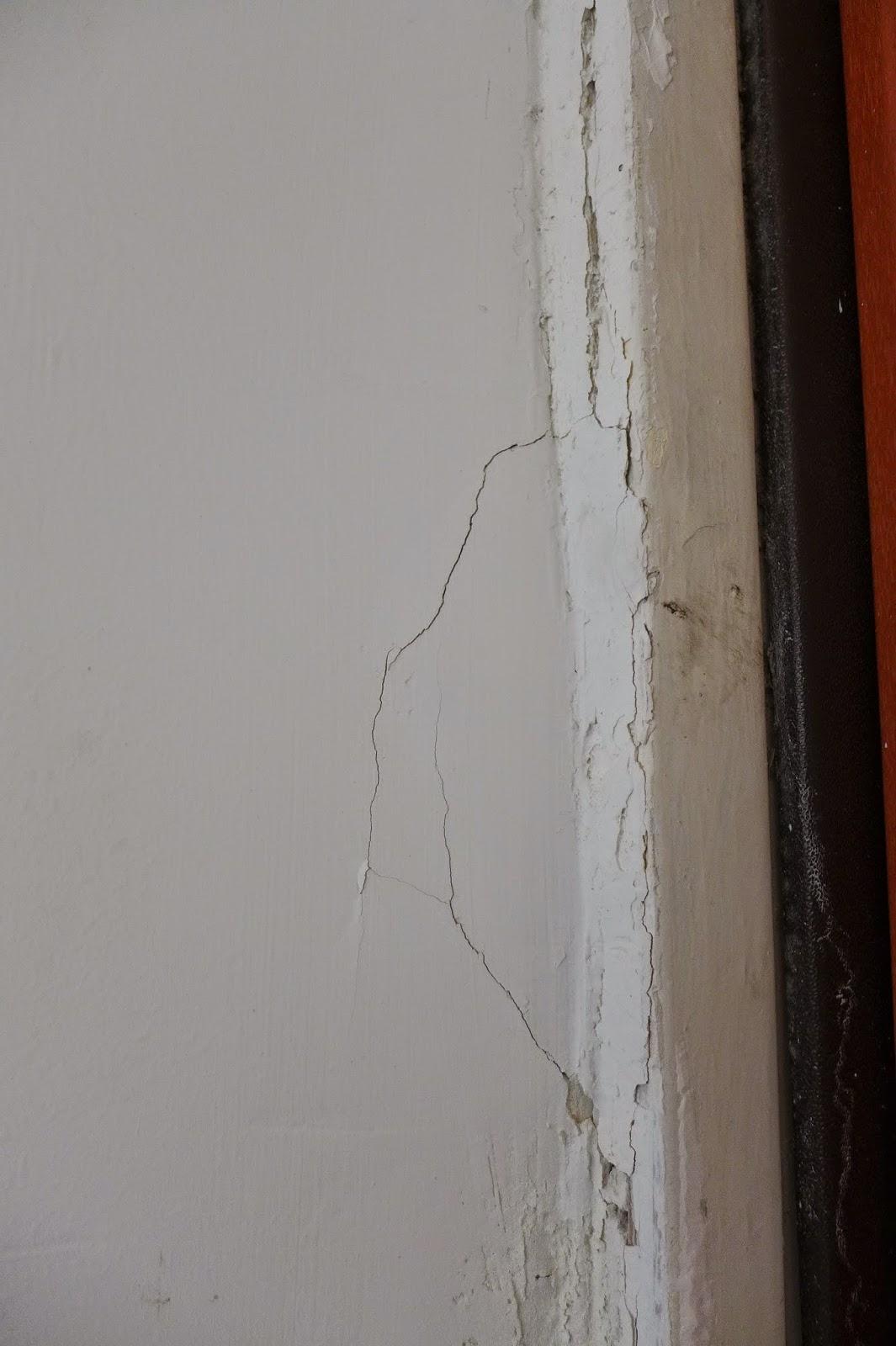 סדקים באיזור דלת כניסה לבית עקב בעיטות בלשי משטרת מרחב דן