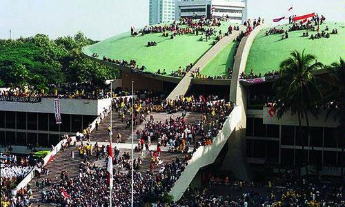 Foto : Pendudukan Demonstran di Gedung DPR-MPR