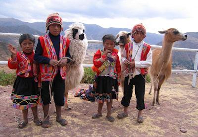 Niños con prendas tradicionales en el Valle Sagrado Perú muy cerca de las ruinas de Machu Pichu.