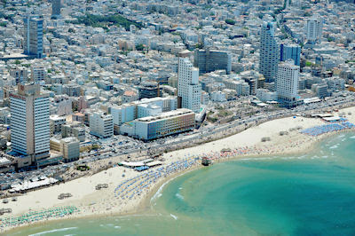 Vista aérea de la playa en el Mar Mediterráneo de Tel Aviv, Israel. - Aerial view of Tel-Aviv beach on the coastline of the Mediterranean sea. Israel