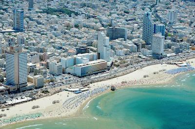 Vista aérea de la playa en el Mar Mediterráneo de Tel Aviv, Israel. - Aerial view of Tel-Aviv beach on the coastline of the Mediterranean sea. Israel