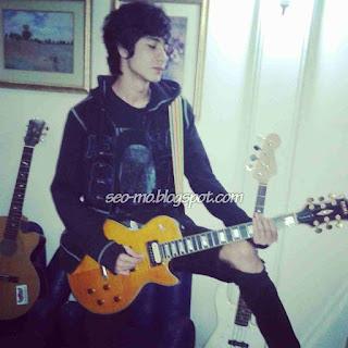 Foto Evan Marvino keren bermain Gitar