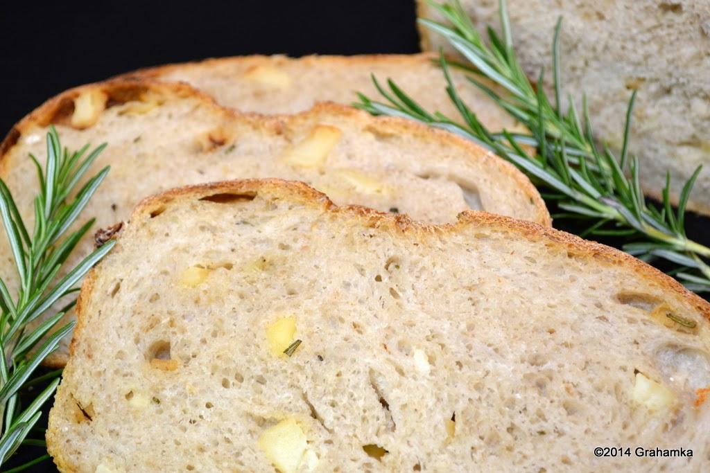 Chleb, kromki i rozmaryn.