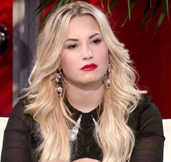 Demi Lovato sarı saçlarını katlı kestirmiş ve dalgalı fön çektirmiştir.