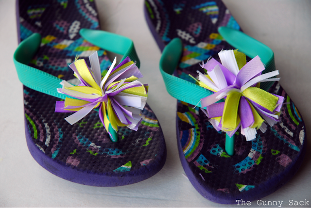easy crafts for summer: pom pom flower sandals tutorial