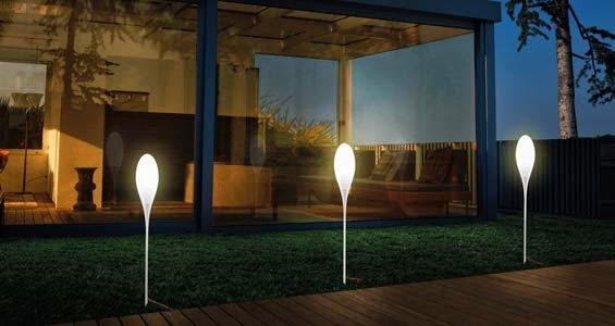 lampadaire design a planter dans le gazon