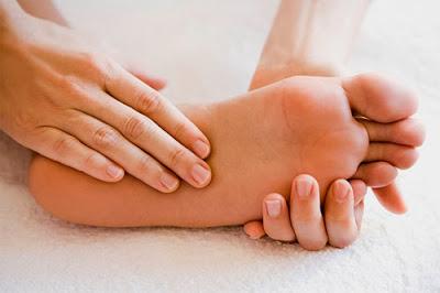 Bàn chân bị nóng rát ở gan bàn chân là dấu hiệu bệnh gì?