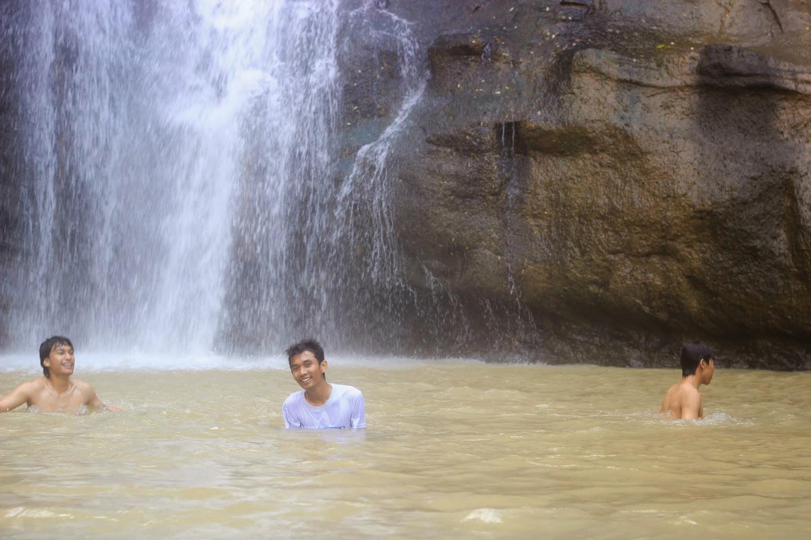 Mandi di air terjun gambyong
