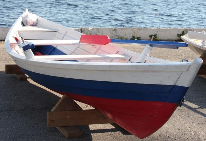 Одна из лодок (на снимке)