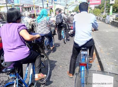 Mengayuh sepeda di jalan kawasan UGM