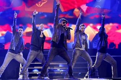 Backstreet Boys cantando en concierto