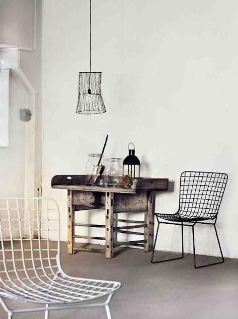 Minimalistyczna aranżacja i druciane krzesła w białym i czarnym kolorze