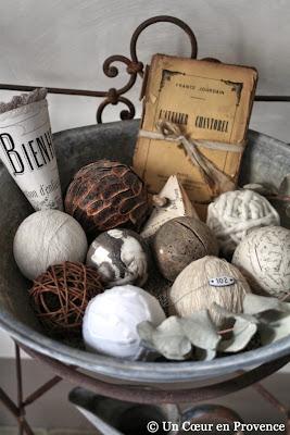 Détail de boules décoratives présentées dans une ancienne bassine