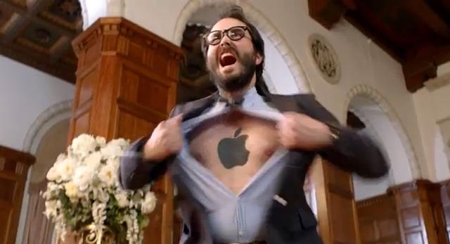 un hombre con el logo de Apple tatuado en el pecho en el nuevo spot de nokia lumia 920 windows phone en tigremata