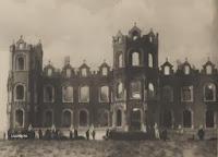 Desolaat beeld van de voorgevel van het kasteel