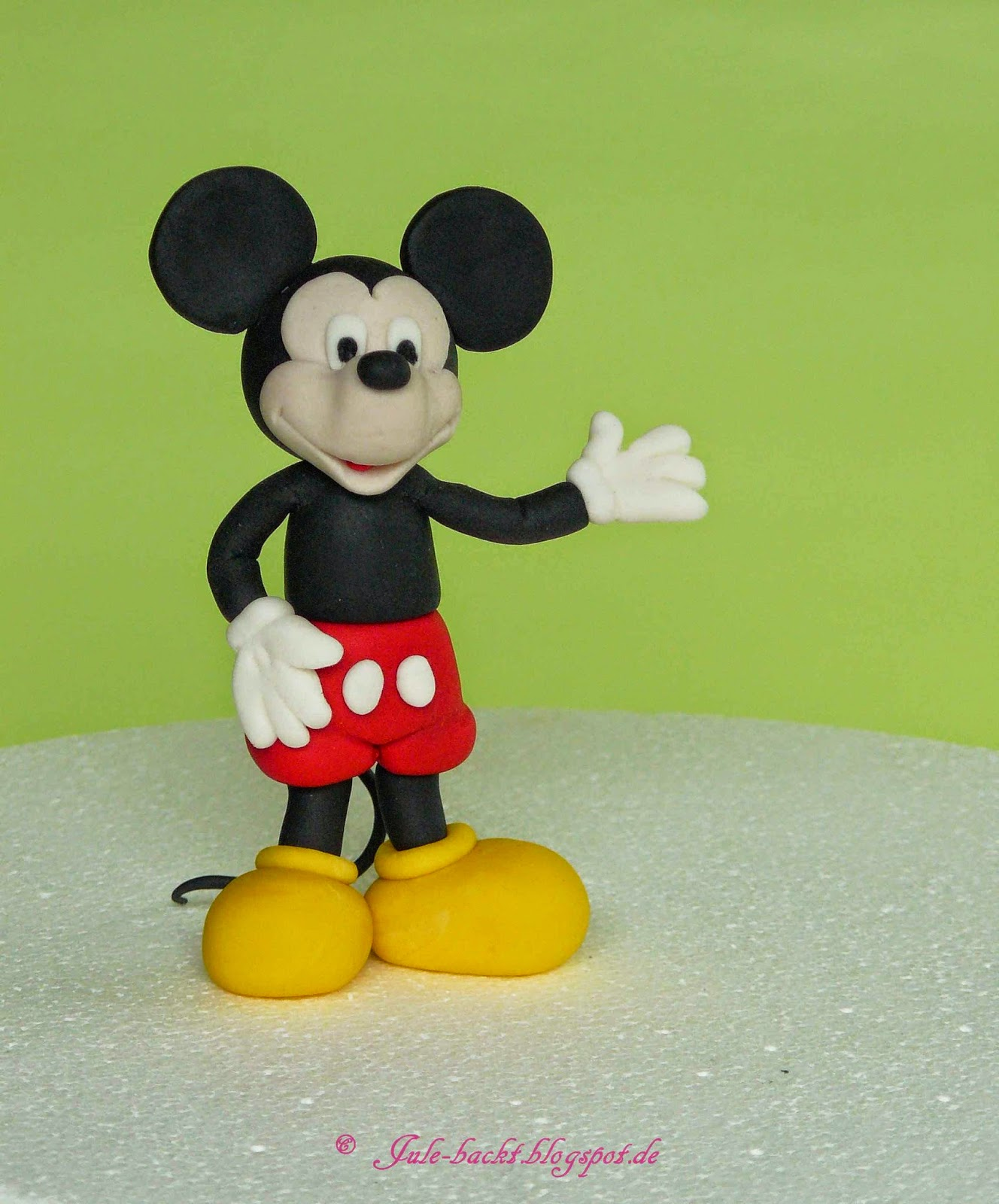 http://jule-backt.blogspot.de/2014/10/tutorial-caketopper-mickey-mouse-teil-1.html