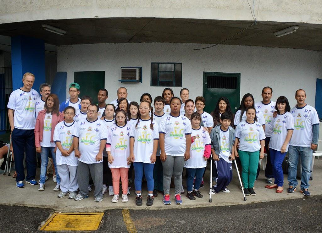 Atletas de Teresópolis com equipe da Assind e das Secretarias de Esportes e de Educação, além de patrocinador e de supervisores: rumo à Olimpede 2014, em Volta Redonda