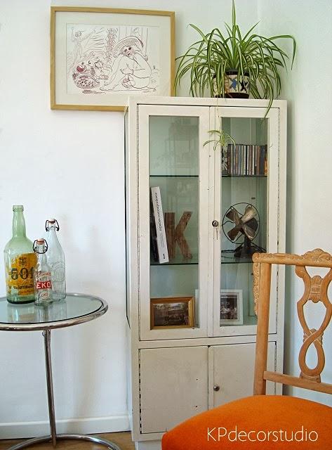 Vitrina de médico antigua. Decorar con vitrinas vintage. Inspiración y salones estilo vintage
