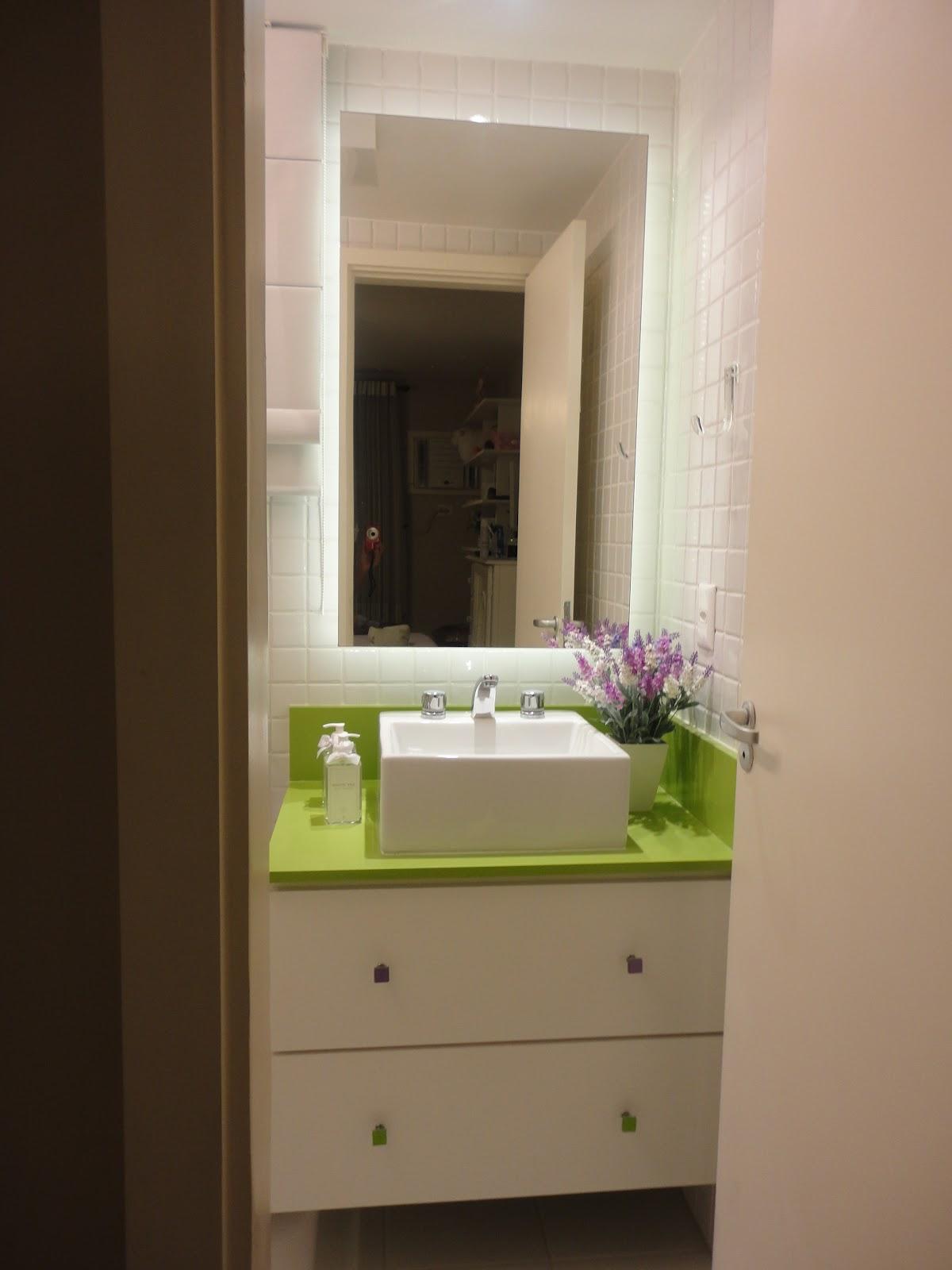 armário/espelho é iluminado por trás com fita led. #4E5C10 1200x1600 Armario Banheiro Com Led