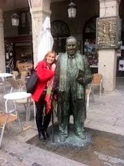 Noemí Trujillo y la estatua de Antonio Machado
