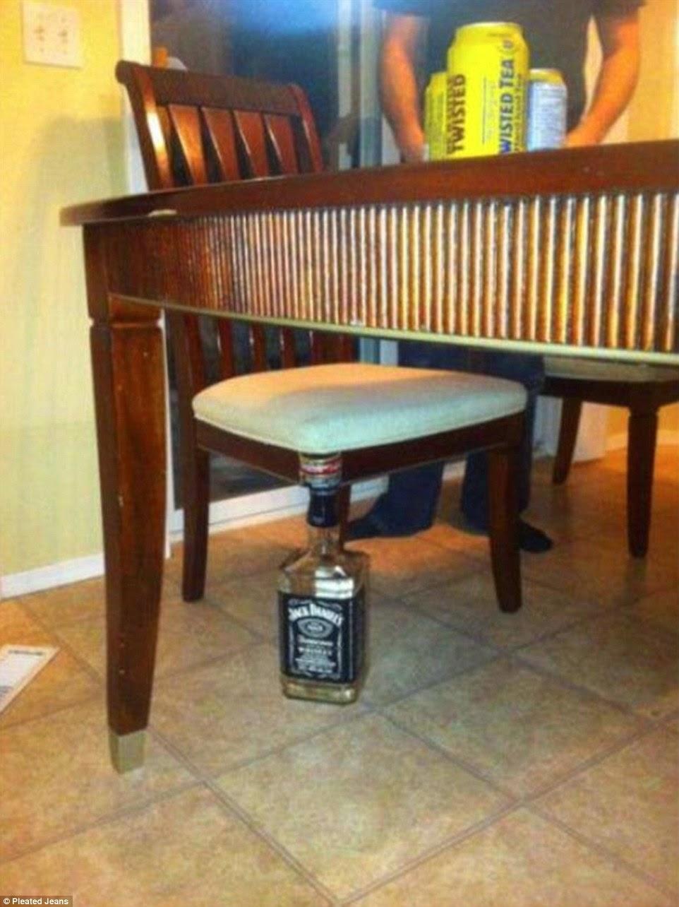 وضع زجاجة فارغة بدلا من ساق الكرسي
