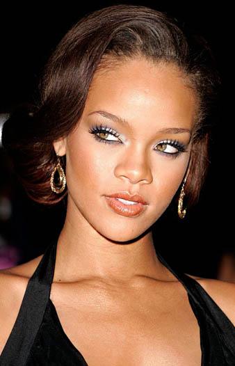 Rihanna ense hizası yan salaş görünümlü topuz saç modeli ile sade görünmektedir.