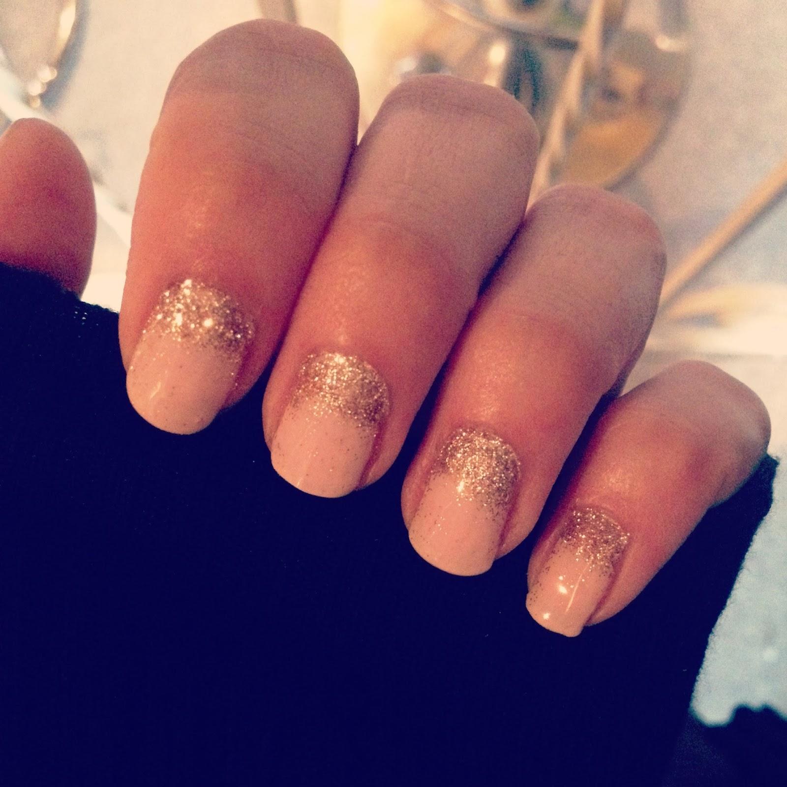 Le nail art glitter doré sur une base pink pastel sur mes ongles