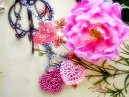 Corazones tejidos al crochet para decoración romántica